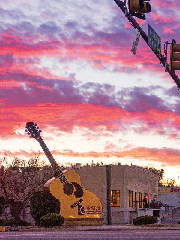 Bristol,_Tennessee_Guitar_Wikipedia.jpg